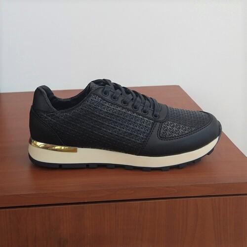 zapatos negros modelo casual para mujer
